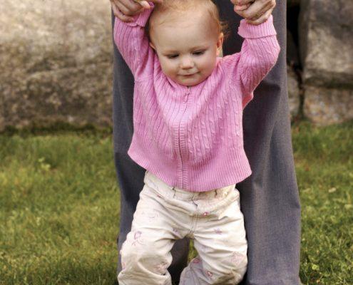 کادرمانی و کمک به راه رفتن کودک